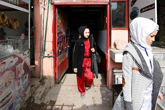 当地时间1月19日,结束训练,女孩们穿上外套离开