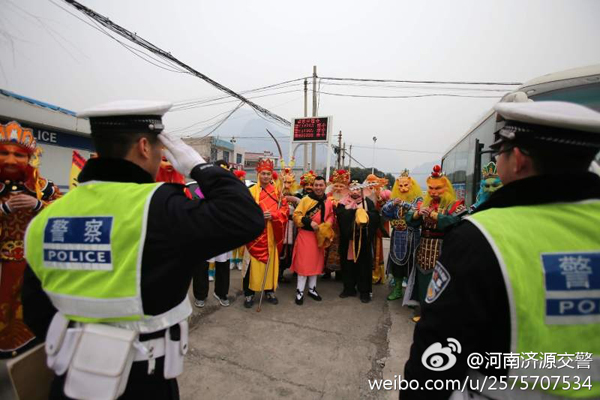 """2月7日,河南省济源市交警在查看点拦下了""""孙大圣""""驾御的一辆大巴车,西纪行中多位仙人和魔鬼同车而坐。 本文图像均为@河南济源交警 图"""