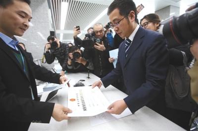 2月8日,首汽约车代表拿到网约车平台运营许可证。这是北京发放的首个省级网约车平台许可证。 新京报记者 王贵彬 摄