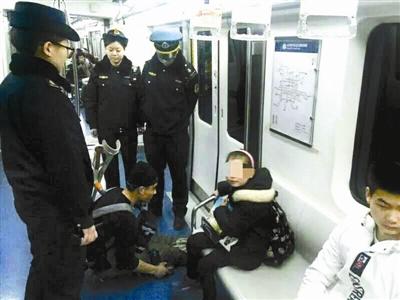 """近期有市民发现,在北京地铁内儿童乞丐数量有所增加,有的儿童在乞讨时态度恶劣,严重影响了乘车环境。昨天北京青年报记者从北京交通执法总队轨道大队了解到,轨道交通执法大队寒假期间在地铁站内查获儿童乞讨者20多人次。经调查发现,这些""""童乞""""多来自甘肃岷县,由成年家属有组织性地带来北京乞讨,有个别""""童乞""""假期收入甚至超过万元。"""