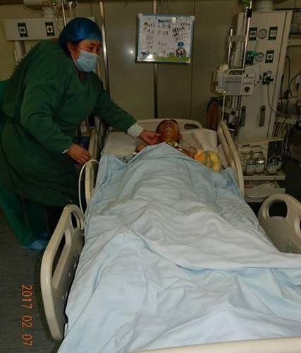 受害人躺在病床上