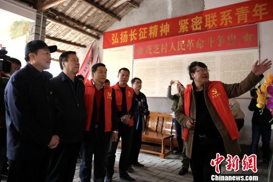朱和平和杨珠江参观茂芝会议旧址全德学校。 余秋松 摄