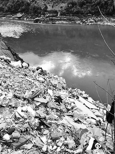 2月9日,演员袁立在微博上发布消息称,云南省福贡县和泸水市的大量生活垃圾被直接倾倒进怒江。9日晚,福贡县委宣传部回应称在推进生活垃圾填埋场重建,并提出六项整改措施。10日,怒江州委宣传部发布通报称,泸水市已开展整治。北京青年报记者注意到,2015年1月福贡县就出现过往怒江倾倒垃圾的现象。