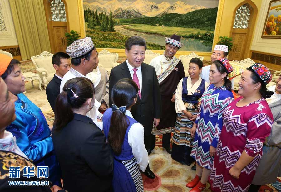 图为:在中华人民共和国成立66周年之际,中共中央总书记、国家主席、中央军委主席习近平特别邀请来自内蒙古、广西、西藏、宁夏、新疆5个自治区的13名基层民族团结优秀代表到北京参加国庆活动。这是2015年9月30日下午,习近平在人民大会堂亲切会见代表们。