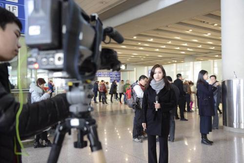 多量记者在期待。中新网记者 富宇 摄。