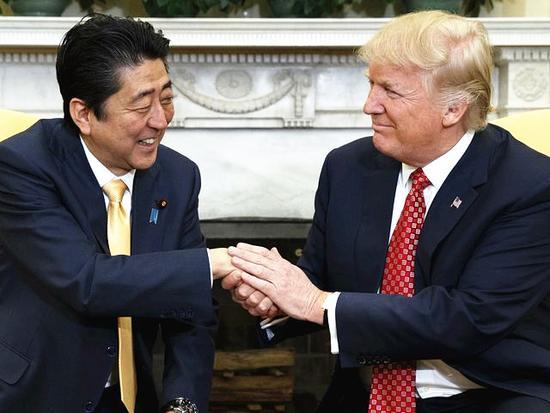 握手。(新华/美联)