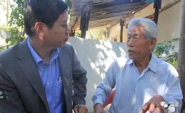 中国驻印度领事参赞闫晓策问候王琪老人(中国驻印度大使馆网站)