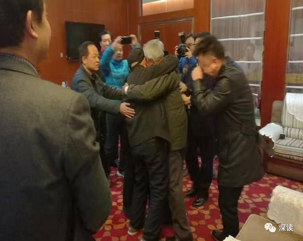 王琪与大哥二哥相拥而泣 图据中国青年报