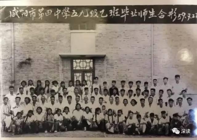 """今天,10位年过八旬的王琪的初中同学,拿着当年的初中毕业照迎接王琪。老人们说,岁月蹉跎、往事如烟,照片上的好多同学已不在人世了,""""这次在咸阳的,能走得动的老同学都来了。"""""""