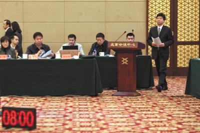 10日,北京会议中心,北京市商务委主任闫立刚准备述职,计时牌进行8分钟倒计时。新京报记者 王嘉宁 摄