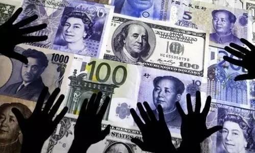 """如果央行不进行干预,大量减持美债,汇率会以更快速度贬值,美国政府很可能在国内压力下指责中国操纵汇率,两国有可能开打""""汇率战""""。"""