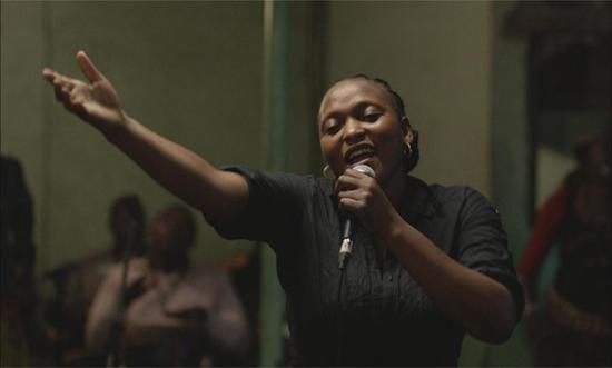 影片将镜头对准了金沙萨一家酒吧的驻唱女歌手、单身妈妈菲里希黛