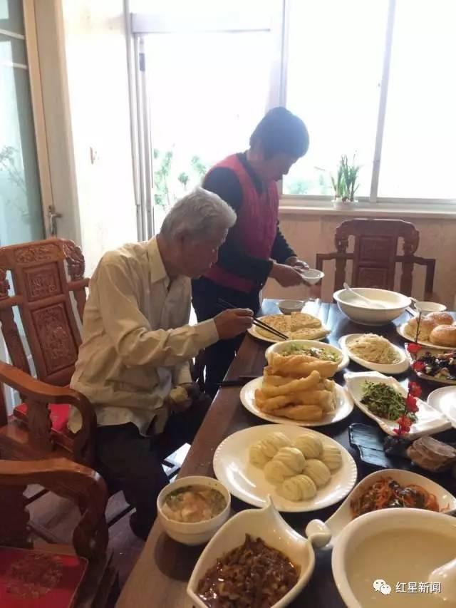 54年后,吃到了家乡的早餐,老人很高兴