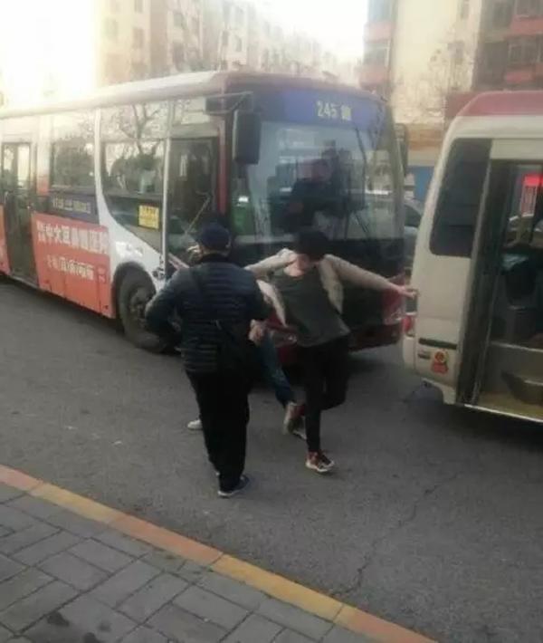 """据称,涉事小偷有备而来,""""特地掏出口罩戴上,才下车打人""""。"""