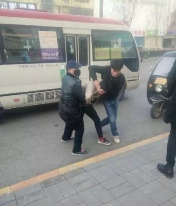 """有网民表示,涉事小偷在巴士上已多次犯案,他看到当天早上该伙小偷偷去一名女生的手机,再""""误导她下车追其他人""""。"""
