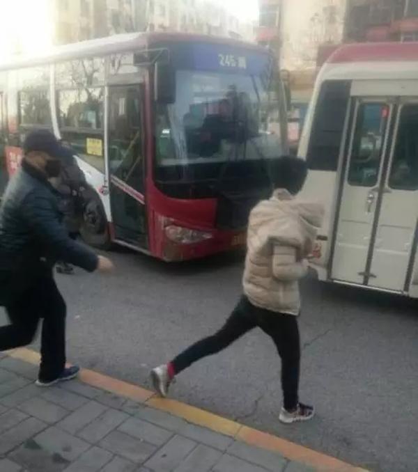 2月12日下午,华商记者从西安市公安局公交分局获悉,2月9日中午12时许,王某报案称其乘坐256路公交车,发现几名男子盗窃财物,准备拍摄照片报警时,被该几名男子殴打。