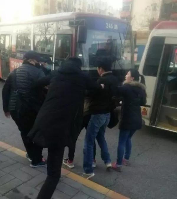 陕西少年公交车上指认小偷遭群殴,西安警方成立专案组侦办