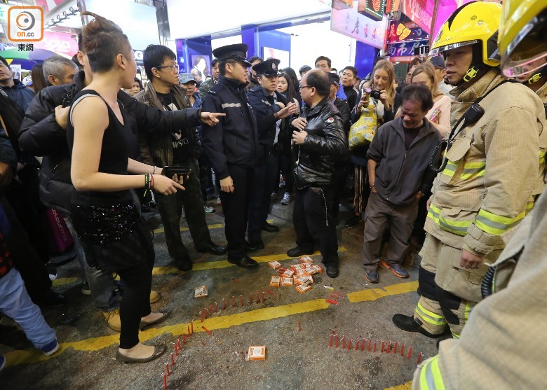 求婚蜡烛还没点,3名拎着灭火器的消防员已就位。