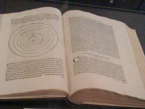 失窃的古书主要来自15及16世纪,总值200万英镑,其中最珍贵的一本,是著名波兰天文学家哥白尼的巨著、1566年版的《天体运行论》,价值21.5万英镑。