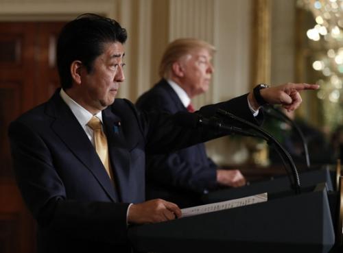 在此次访问中,安倍10日在华盛顿的白宫与特朗普举行了首次会谈,双方同意新设日本副首相麻生太郎和美国副总统彭斯等之间的经济对话框架,就扩大贸易和投资等进行广泛磋商。两人在会谈后发表联合声明,宣布了上述成果并表明了加强日美同盟的决心。