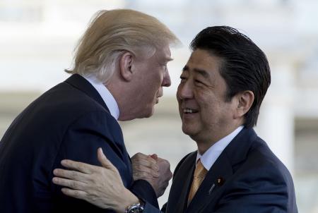 随后两人乘坐总统专机一同前往佛罗里达州的棕榈滩。安倍在特朗普的别墅下榻了2晚。安倍将经由洛杉矶于13日夜间抵达东京羽田机场。
