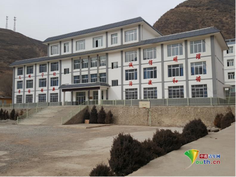 小寨村内的九年制学校,在2013年地震后重建,是小寨村最为恢宏的建筑。中国青年网记者 孙钊 摄