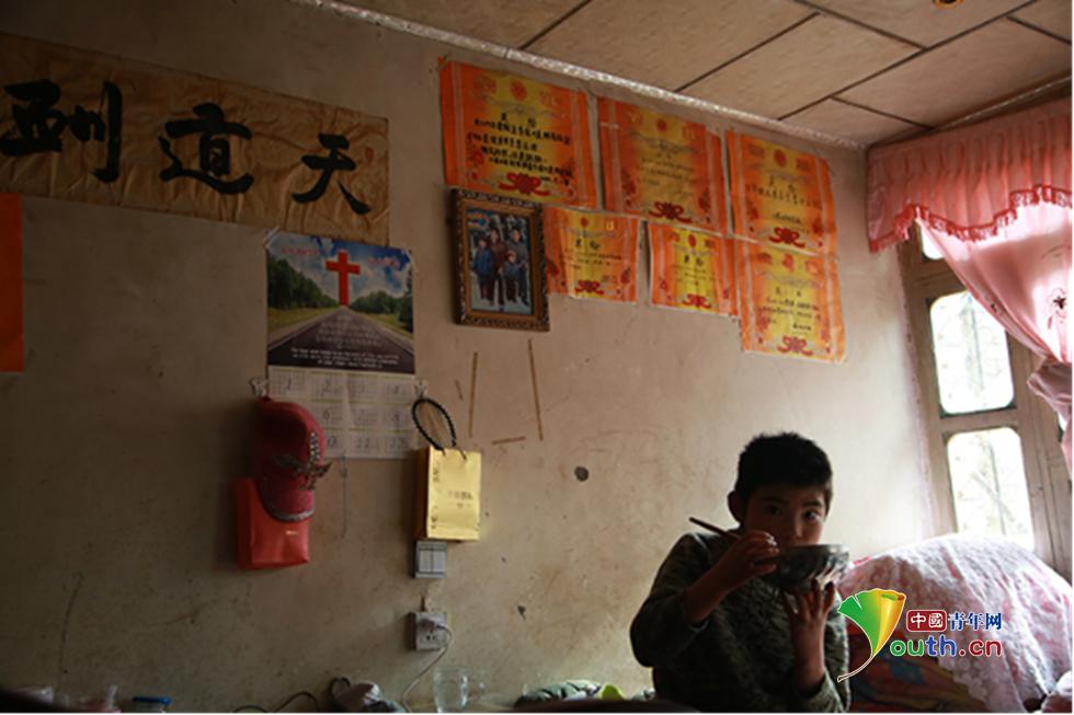 李治平家中的墙壁上挂着其子李云波的奖状,李治平称,还有很多奖状在震后重盖房屋时弄丢了。中国青年网记者 孙钊 摄