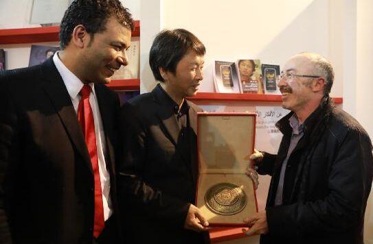 摩洛哥文化部副部长、图书局局长哈桑・哇扎尼为刘震云颁奖