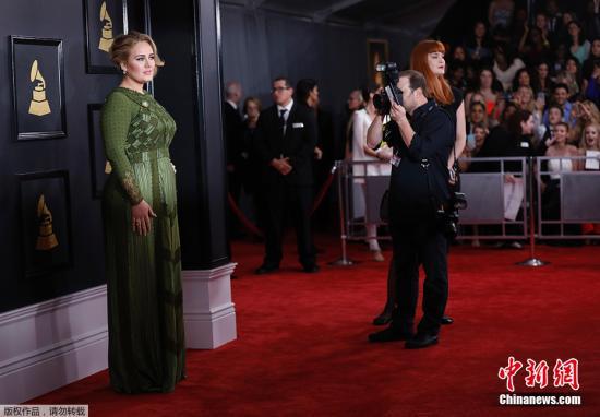 Adele凭借Hello和《25》分别获得本届格莱美年度最佳流行女歌手以及最佳流行专辑,追平Taylor Swift的两次年专纪录。