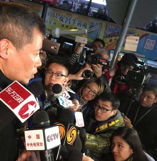 据香港媒体报道,疑犯张某在08年取得保安员许可证,出事前在香港岛南区一个居屋屋苑任职夜班保安员,上班时间为晚上7时至早上7时。有同事透露张入职约2年,平时沉默寡言,与同事交接时顶多打个招呼,也不清楚其背景,没听到过街坊对他有意见。