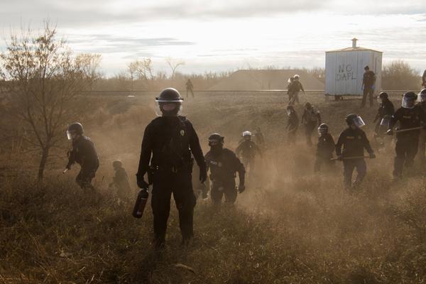 苏族部落因水源污染反对Dakota接入管道,与政府发生冲突。这项有能源转移合作伙伴支持的项目耗资约37亿美元,已将近完成。政府对反抗者们使用催泪弹、橡胶子弹等武器威胁并逮捕抗议者。