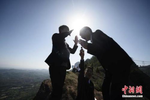 """资料图:一些单身人士站在悬崖边呐喊,渴望""""脱单""""。中新社记者 杨华峰 摄"""