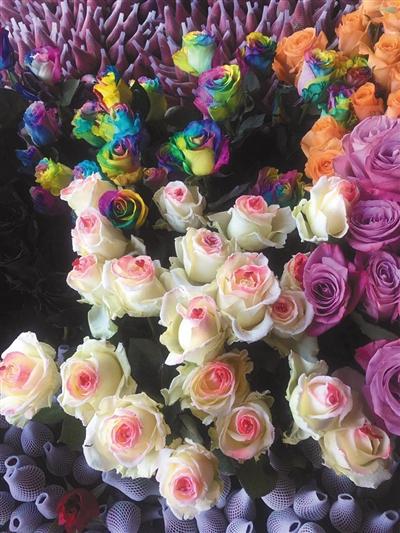 """三元桥一处花店,上面为""""七彩玫瑰"""",下面为""""白雪公主""""。"""