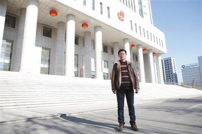 2月13日庭审结束后,王力军心情轻松,站在巴彦淖尔中院门口。新京报记者 付珊 摄