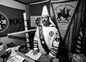 """美国三K党组织""""传统美国骑士""""头目离奇毙命"""