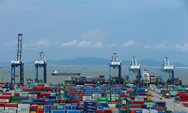 位于广东南沙自贸区的南沙港集装箱码头一派繁荣景象