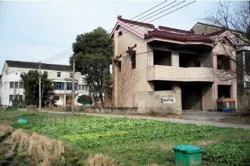 外公的村子里居住着32户人家,80%的家门都是紧闭的,30%是外来租户,有几家的门窗已拆除,听说已主动申请提前拆迁。
