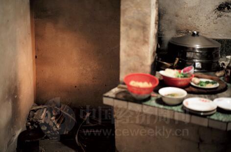 外公依然使用烧柴火的灶台为大家准备年夜饭。而年轻人吃完年夜饭,则赶紧回到有空调、带卫生间、能看网络电视的回迁房里。村子里就剩下老人和麻将声。