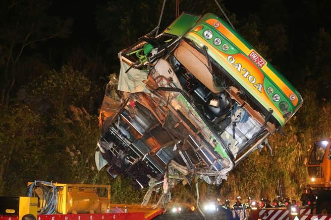 游览车车体于14日零时26分吊离边坡,车体残破不堪,可见车祸发生时撞击力道之大。(图片来源:台湾《中时电子报》)