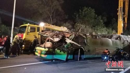 发生事故的游览车被拉正。 中新社记者 陈林 摄