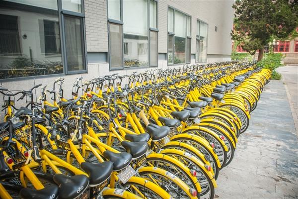 昨天,该网友骑小黄车,跟看车子的人再三解释说这是公共自行车,不是自己的,但看着的大爷并不相信,并把在场的三辆小黄车都锁上了。