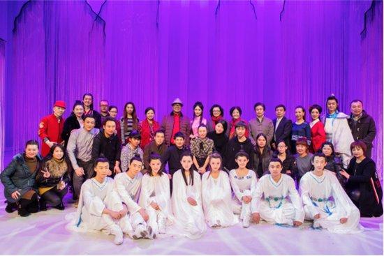 金铁霖教授(最后排左八)和马秋华教授(最后排左十)上台与全体演出人员合影留念