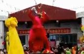 传统手艺人表演钢针穿脸