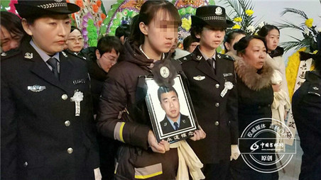 吉林:警察抓捕嫌犯牺牲 母亲悲伤过度离世