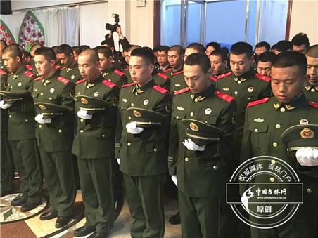 14日上午,瑟瑟寒风中,吉林省辉南县爱民大街上,数千群众从四面八方涌来,他们要送英勇牺牲的好民警赵天昱最后一程。