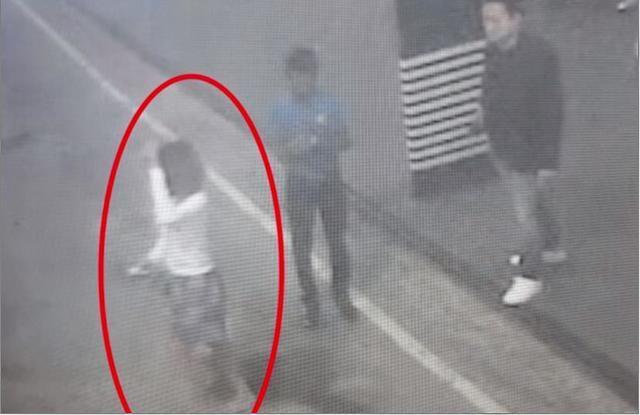 国际在线专稿:据韩联社2月15日报道,马来西亚警方对金正男在机场遇害的监控录像进行分析,发现了身着短裙的嫌疑人。