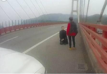 男子高速上长跪求婚女友 浪漫被扣6分罚200
