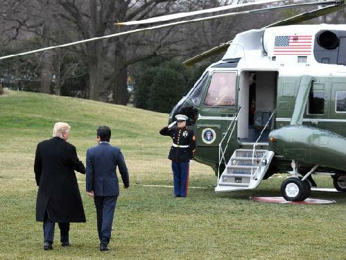 2月10日,在美国华盛顿白宫,美国总统特朗普(左)与到访的日本首相安倍晋三会谈后准备前往佛罗里达。