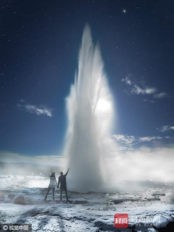 2017年2月15日讯(详细拍照时刻不详),冰岛,36岁的Arnar Kristjansson和41岁的Simona Buratti是一对拍摄师情侣,两人在一同三年,一同见证了冰岛的许多美景,比方辛格韦德利国度公园的极光,彩色城堡火山岩群,以及间歇泉喷涌的温泉。Arnar Kristjansson/视觉国家