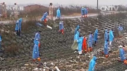 而这些仅仅是漂浮在江面上的,究竟还有多少垃圾沉入江底?据长江边上的渔民当时反映,从去年11月份开始,他们一撒网捕上来的不是鱼虾,而是整网的垃圾。